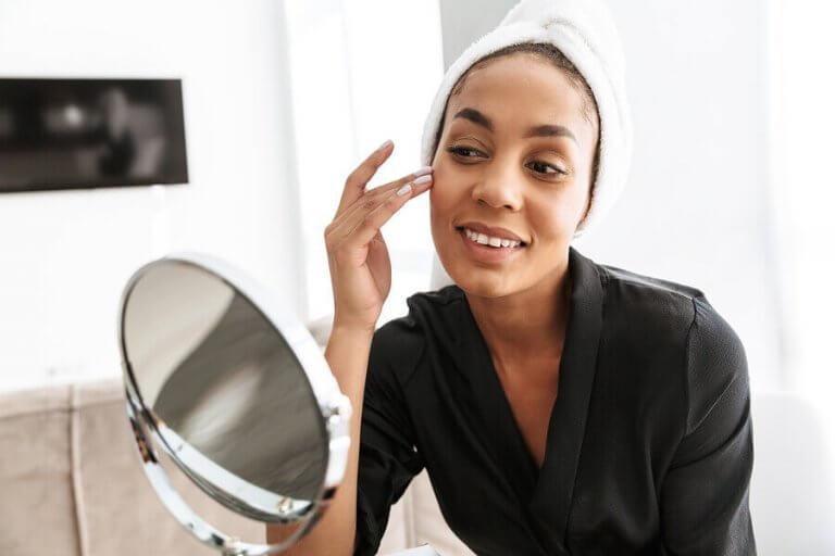 Øvelser og vaner for å stramme opp og slanke ansiktet