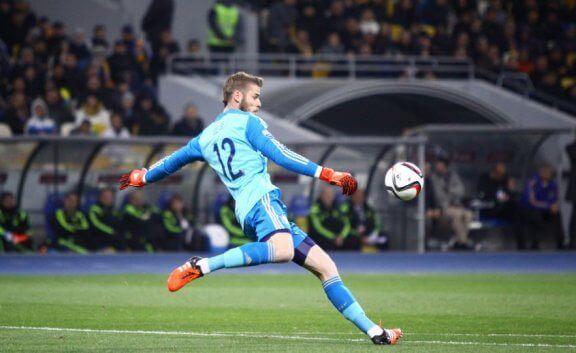 David de Gea i aksjon i det han sparker ut ballen fra mål.