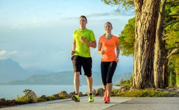 Par i treningsklær driver med power walking