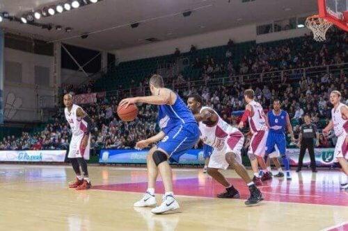 Hva er et 1-3-1 forsvar i basketball?