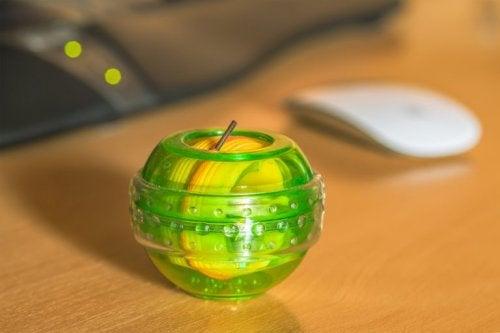 En powerball lages i mange friske farge og er spennende å trene med.