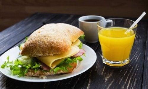 Fire sunne frokoster: Smørbrød og juice.
