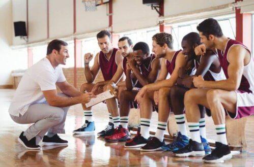 Treneren forteller laget om forskjellige strategier.