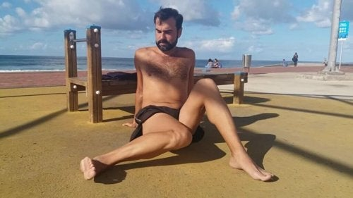 Mann tøyer ut hoftene