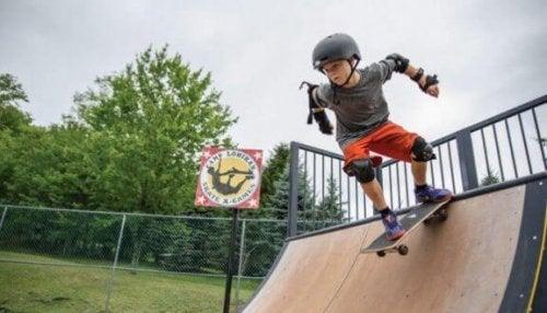 Gutt på skateboard.