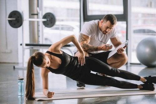 kvinne får hjelp av en personlig trener