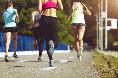Hvorfor du bør prøve å løpe i en gruppe