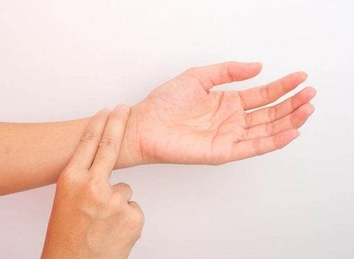 Person sjekker pulsen i armen