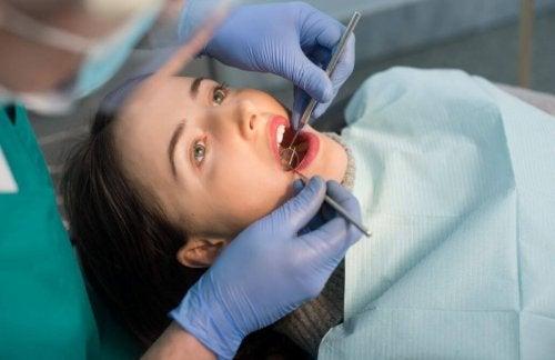 Kvinne hos tannlegen