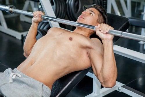 Benkpress er en av de brystøvelsene du bør inkludere i treningsrutinen din.