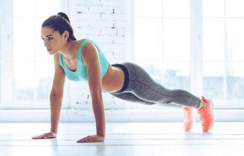 Push-ups er et flott alternativ for å trene brystet.