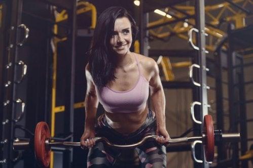 3 tips for å trygt løfte mer vekt på treningssenteret