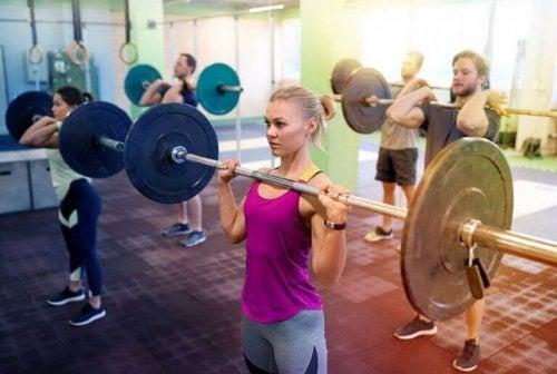 Kvinne som trener.
