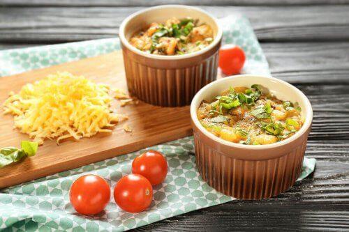 Fløtegratinerte poteter i suffleskål er en elegant rett som er enkel å servere.