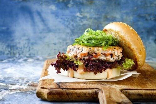Oppskrifter på hamburgere: Laks og reker.