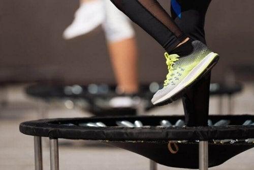 trampoline-trening er en av variasjonene av lufttrening