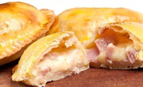 Empanada med ost og skinke.