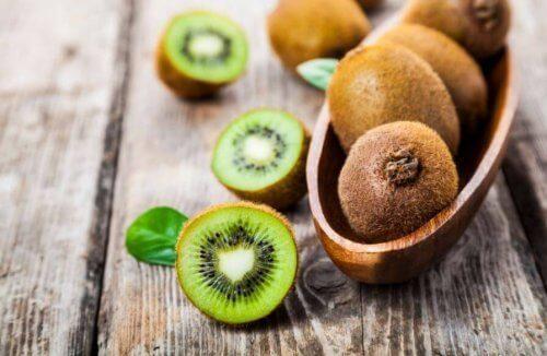 Bidraget fra kiwi - full av C-vitamin.