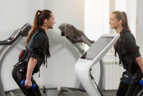 Kvinne som trener med elektrostimulering.
