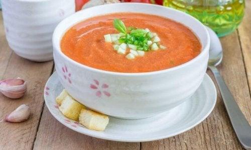 Sommer-gazpacho av tomater.