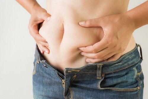 kvinne ønsker å redusere nivåene av kroppsfett