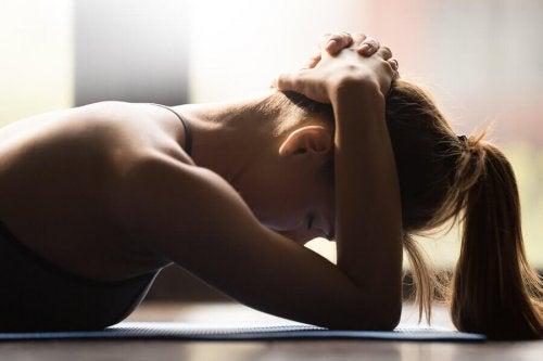 kvinne styrker nakken