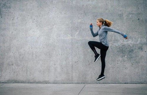 kvinne trener med hopp