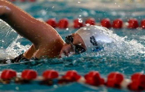 svømming bidrar til å redusere kolesterolet
