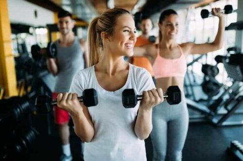 Kvinne trener sammen med venner