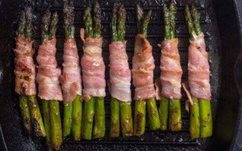 Bacon og asparges.