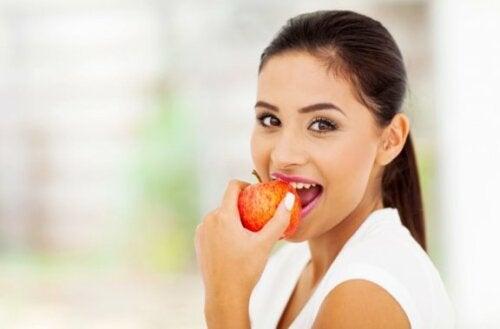 kvinne spiser et eple
