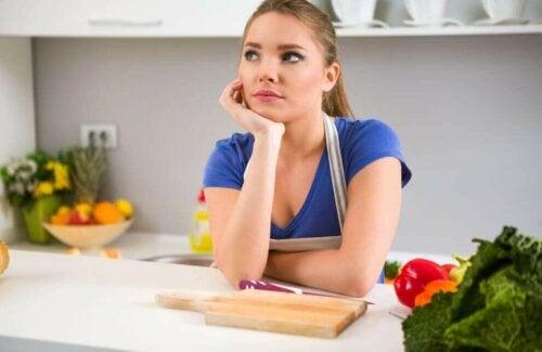 Kvinne på kjøkkenet