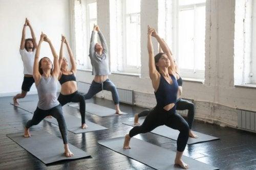 Kvinner som trener Bikram Yoga.