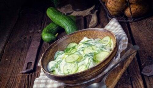 Potetsalat med agurk og blekksprut