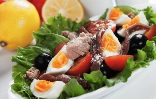 Salat med kjøtt eller fisk - Salat med egg og ansjos