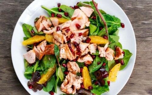 Tre oppskrifter på salat med kjøtt eller fisk