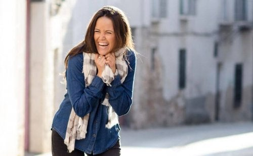 Glad jente som ler på gaten