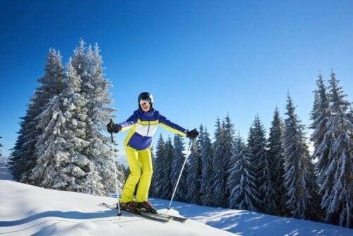 Kvinne som driver med slalom, en av snøsportene som krever større motstand.