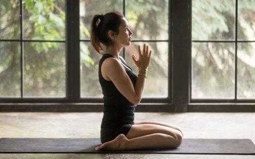 Kvinne som trener yoga