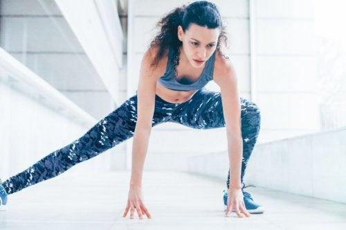 Kvinne trener alene.