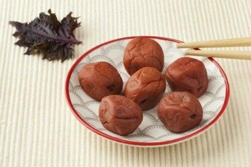 Umeboshi-plomme er typisk for Japan.