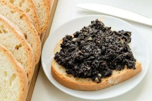 Vegetabilsk paté laget med oliven.