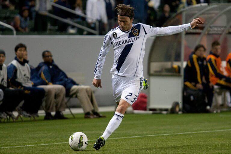 David Beckham bøyer ballen slik han er kjent for.