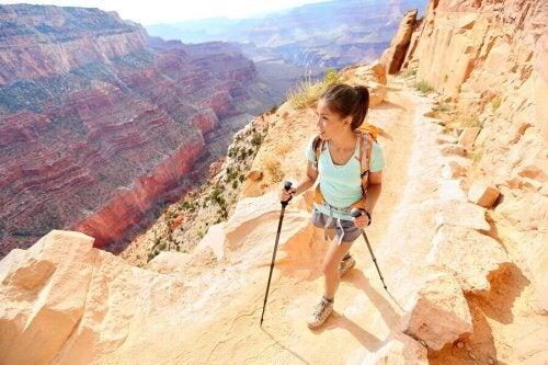 Kvinne går fottur i fjellet