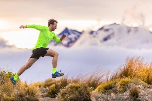 Mann løper i fjellet
