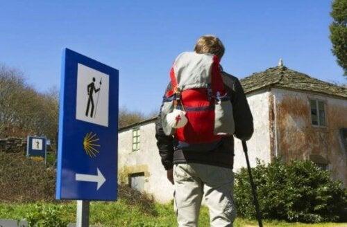 Mann som går Camino de Santiago.