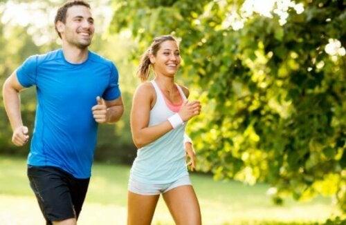 Par som løper i naturen.