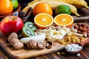 Frukt og nøtter på et skjærebrett.