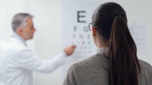 Kvinne på øyeundersøkelse