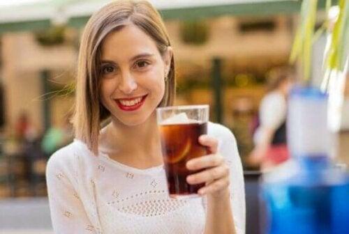 Kvinne som drikker brus
